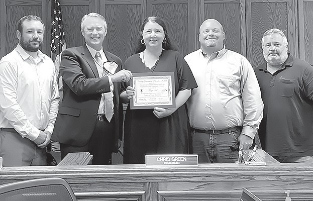 Tonya Hill (center) receives the ACCA County Administrative Certificate from (from left) commissioner Nick Washburn, commission chairman Chris Green, commissioner Chad Trammell, and commissioner Allen Armstrong.